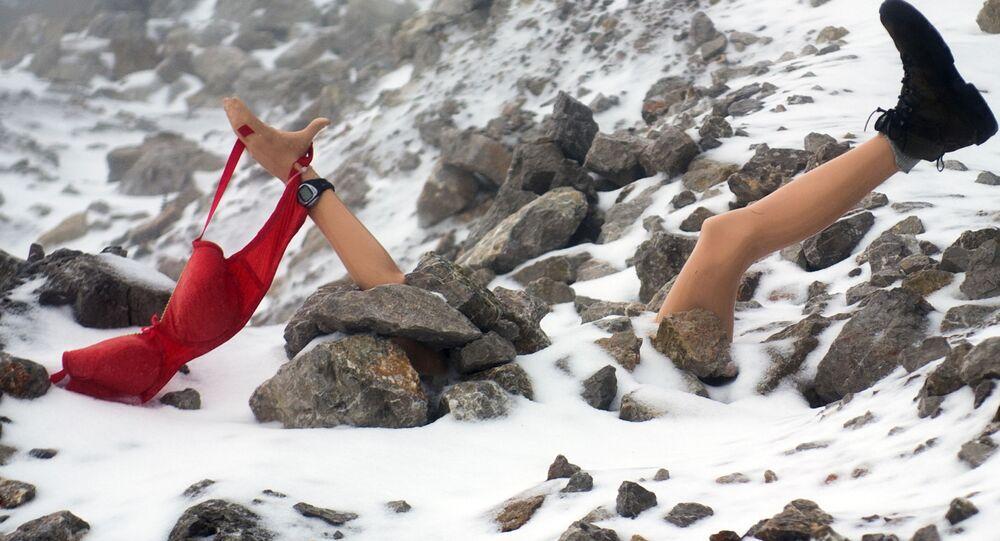 Atrapa kobiety przysypanej śniegiem