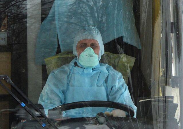 Kierowca autobusu w masce podczas epidemii koronawirusa