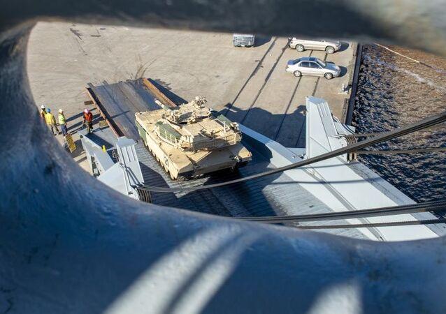 Amerykańska technika wojskowa w drodze na manewry NATO Defender 2020