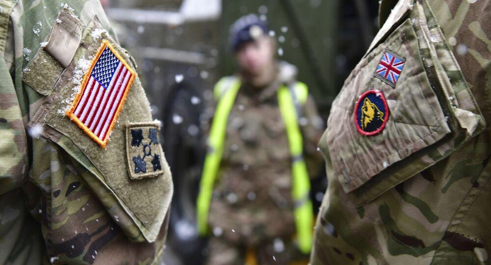 Brytyjski i amerykański żołnierz w ramach przygotowań do Defender Europe 20, Niemcy