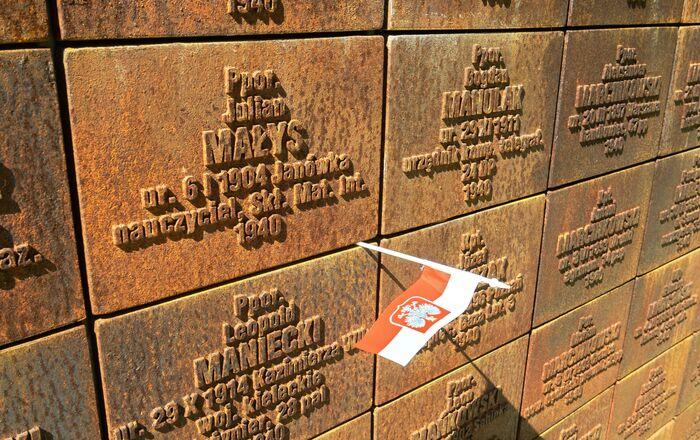 Ściana z nazwiskami rozstrzelanych na Polskim Cmentarzu Wojennym na terenie kompleksu pamięci  Katyń.