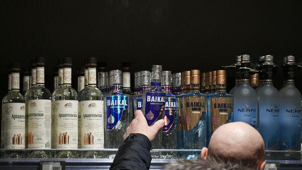 Mężczyzna wybiera alkohol - Sputnik Polska