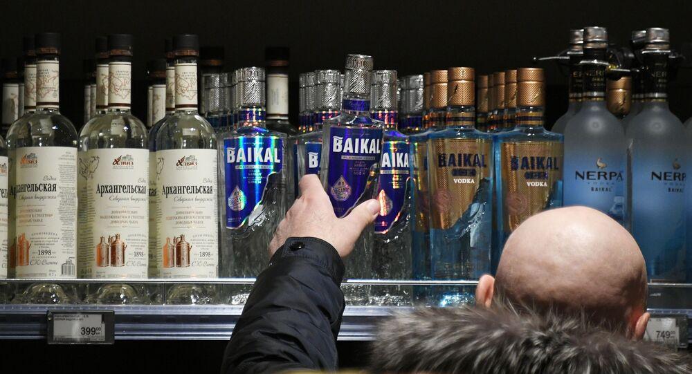 Mężczyzna wybiera alkohol