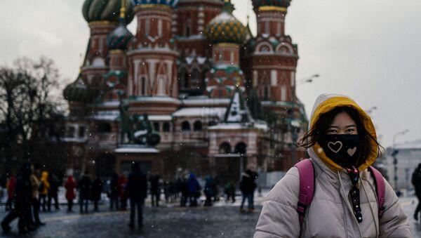 Turystka w masce ochronnej na Placu Czerwonym - Sputnik Polska