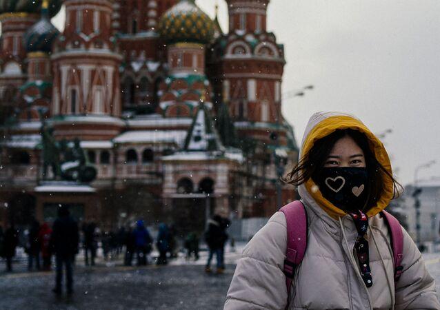 Turystka w masce ochronnej na Placu Czerwonym