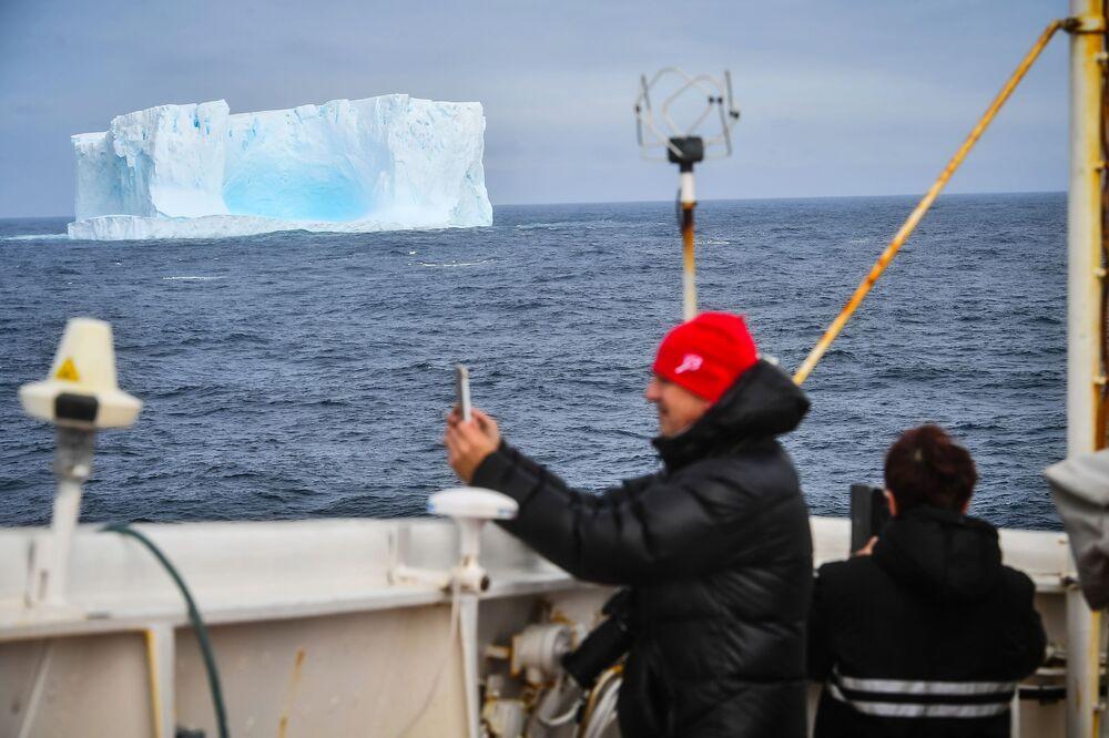 Góra lodowa blisko wyspy Adelajdy