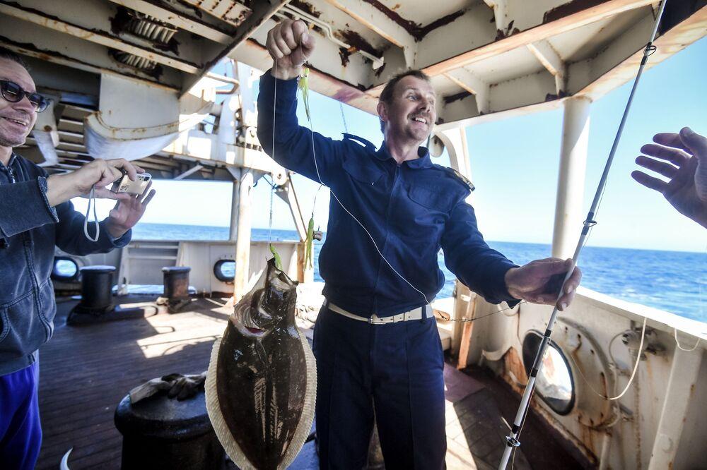 Członek załogi wyłowił halibuta