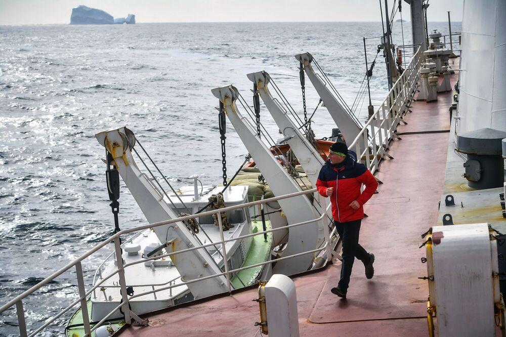 Członek załogi uprawia bieganie na pokładzie statku Admirał Władimirskij
