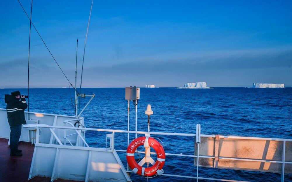 Widok z pokładu statku badawczego Admirał Władimirskij na Wyspę Aleksandra