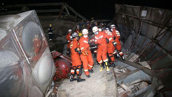 Ratownicy na miejscu zawalenia się hotelu, Chiny - Sputnik Polska