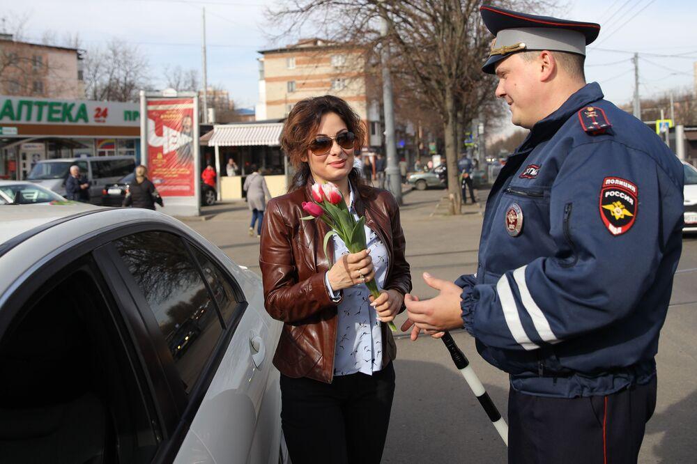 Kwiaty od policjanta. Krasnodar, Rosja