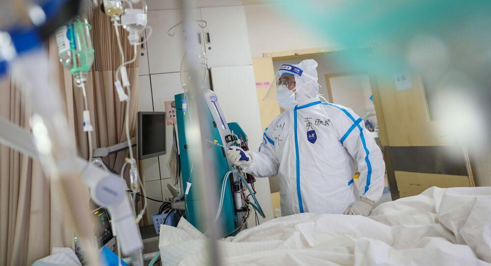 Pracownik medyczny w szpitalu w Wuhanie