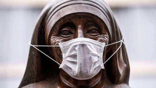 Statua św. Teresy w masce medycznej, Kosowo  - Sputnik Polska