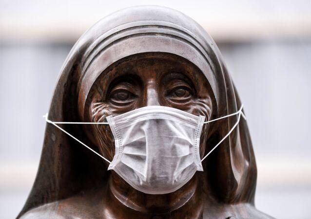 Statua św. Teresy w masce medycznej, Kosowo