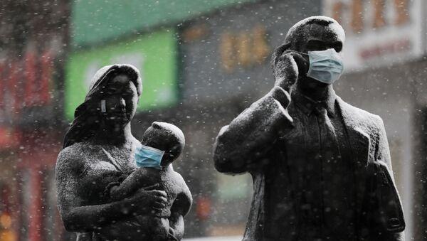 Statuły w maskach w Wuhanie, Chiny - Sputnik Polska
