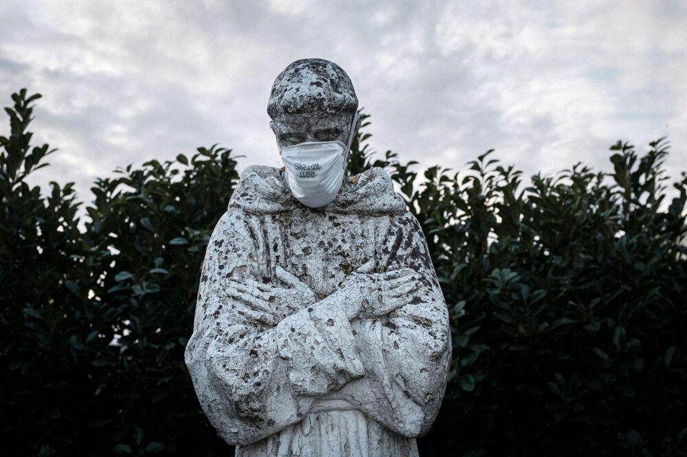 Maska medyczna na posągu patrona Włoch, św. Franciszka w San Fiorano