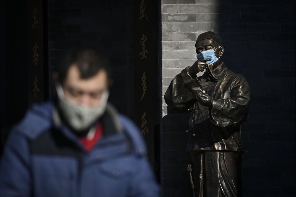 Statua w masce medycznej w Pekinie, Chiny