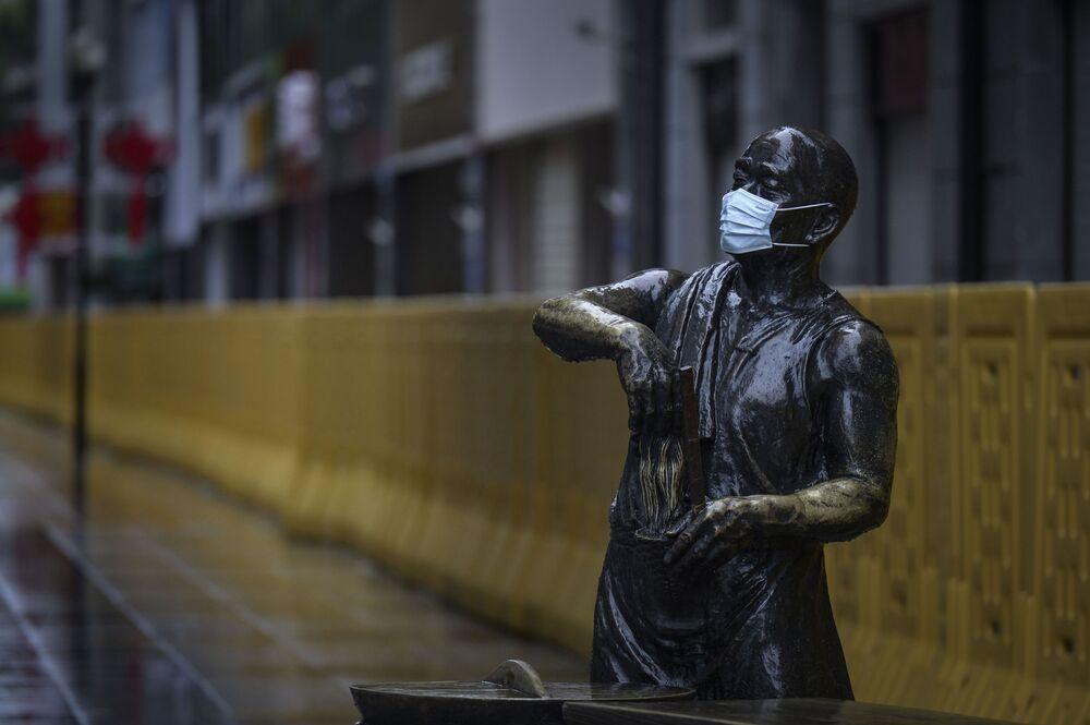 Statuła w masce medycznej w Wuhanie, Chiny
