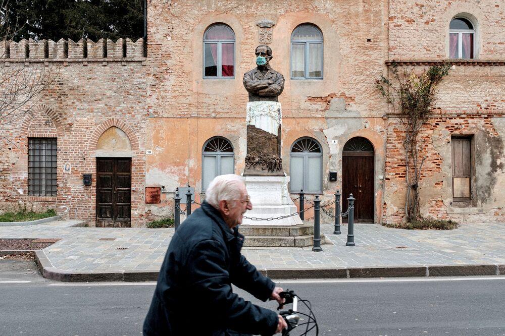Statua w medycznej masce w San Fiorano, Włochy