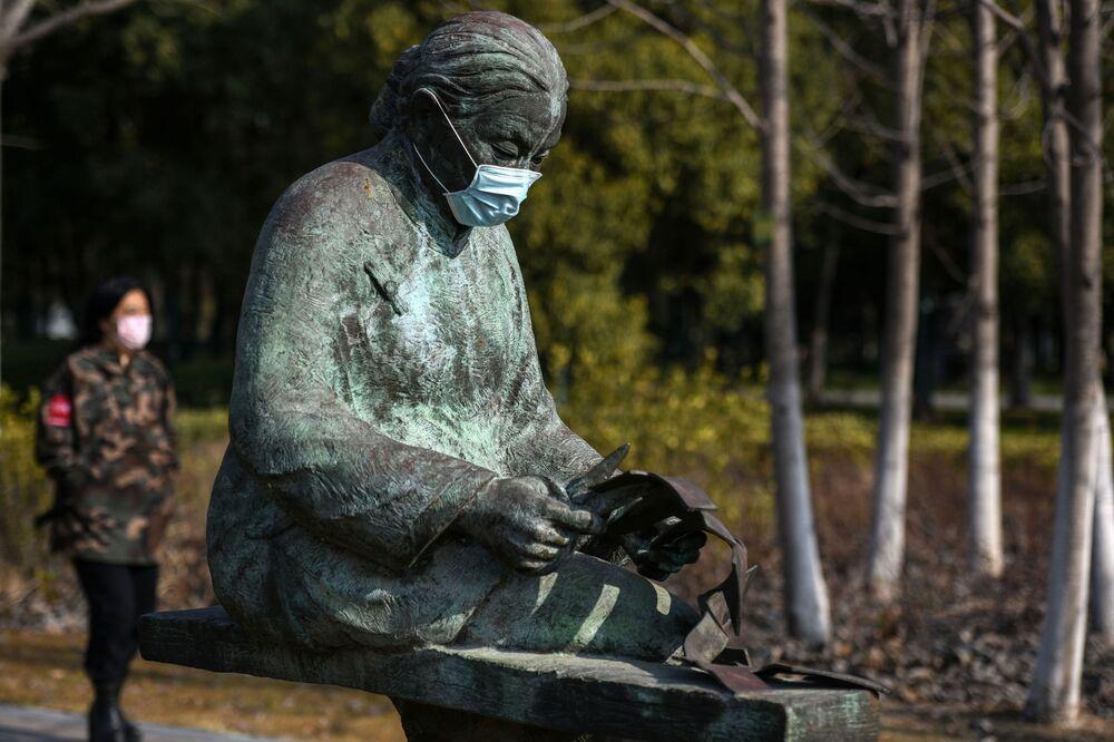Statua w masce medycznej w parku, Chiny
