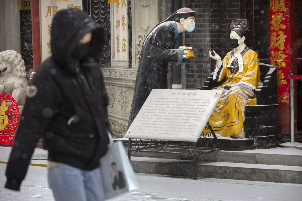 Statuy w maskach medycznych w Pekinie