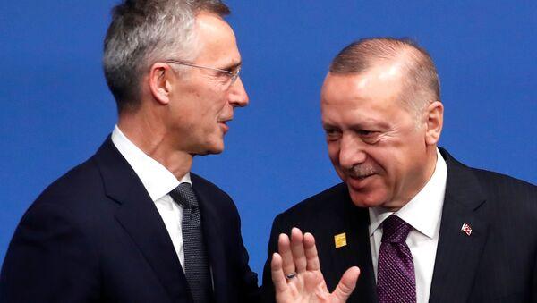 Sekretarz generalny NATO Jens Stoltenberg i prezydent Turcji Tayyip Erdogan  - Sputnik Polska