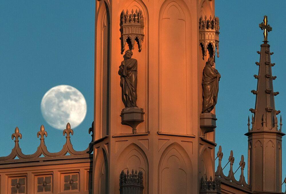 Superksiężyc w Peterhofie