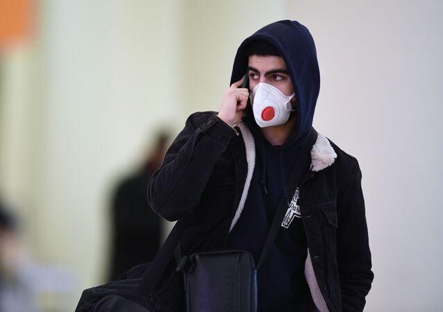 Chłopak w masce na lotnisku Szeremietiewo w Moskwie