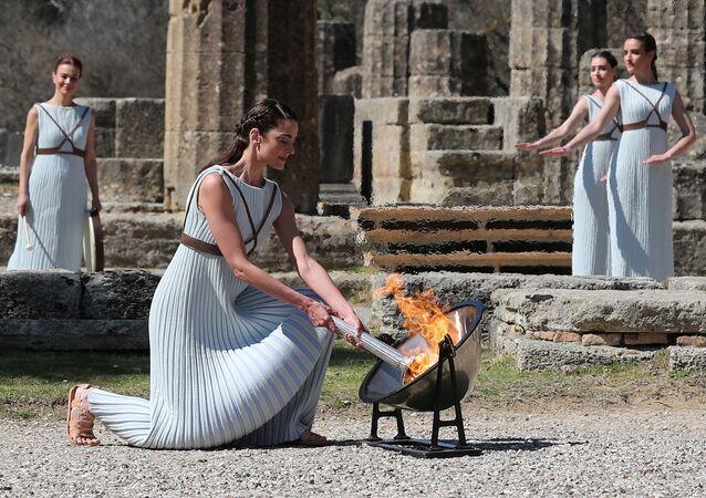 Ceremonia zapalenia ognia na starożytnym stadionie w Olimpii