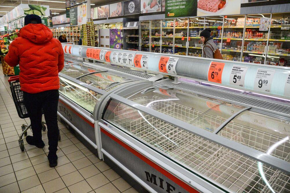 Puste lodówki w warszawskiej Biedronce