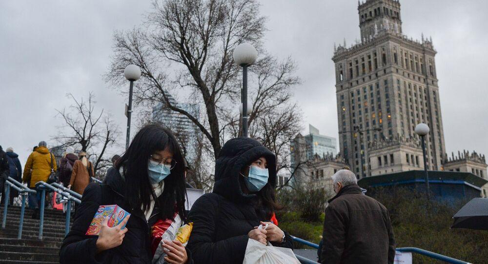 Ludzie w maskach w Warszawie