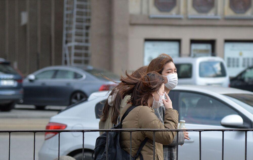 Turystki w maskach w Warszawie