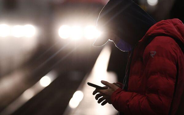 Chłopak w masce na stacji metra - Sputnik Polska