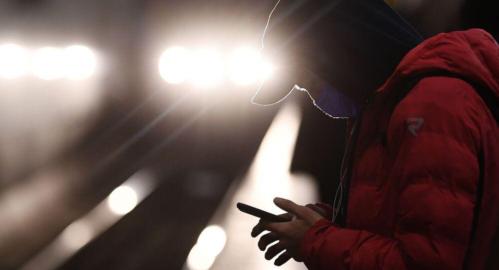 Chłopak w masce na stacji metra
