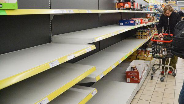 Puste półki w sklepach w Warszawie podczas epidemii koronawirusa - Sputnik Polska