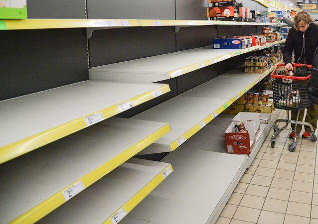 Puste półki w sklepach w Warszawie podczas epidemii koronawirusa