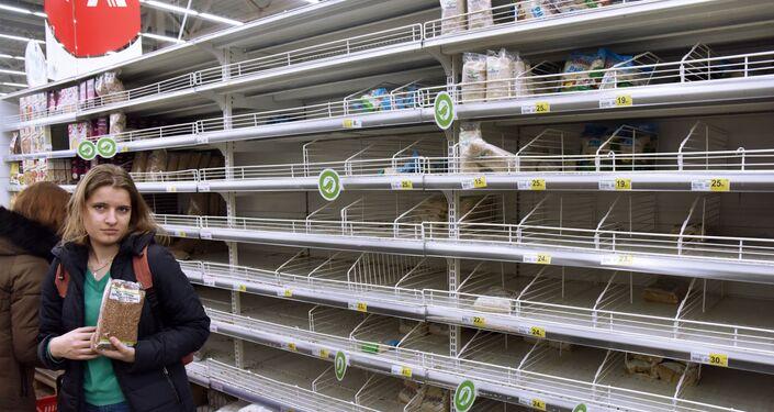 Sytuacja na Ukrainie w związku z koronawirusem. Szczęśliwy nabywca kaszy gryczanej ze Lwowa