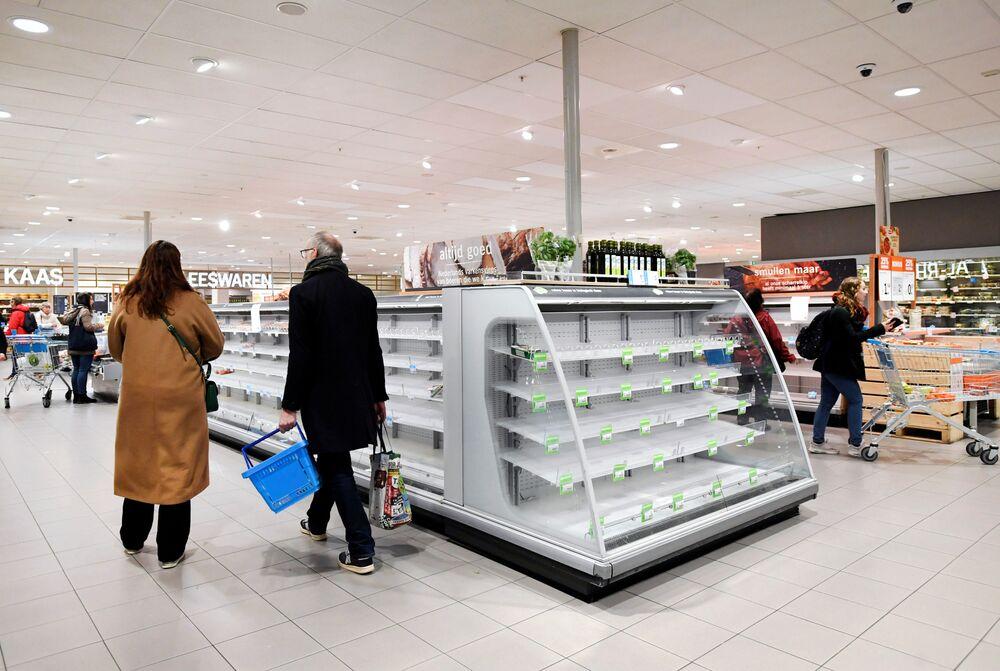 Kupujący w sklepie spożywczym w Holandii.