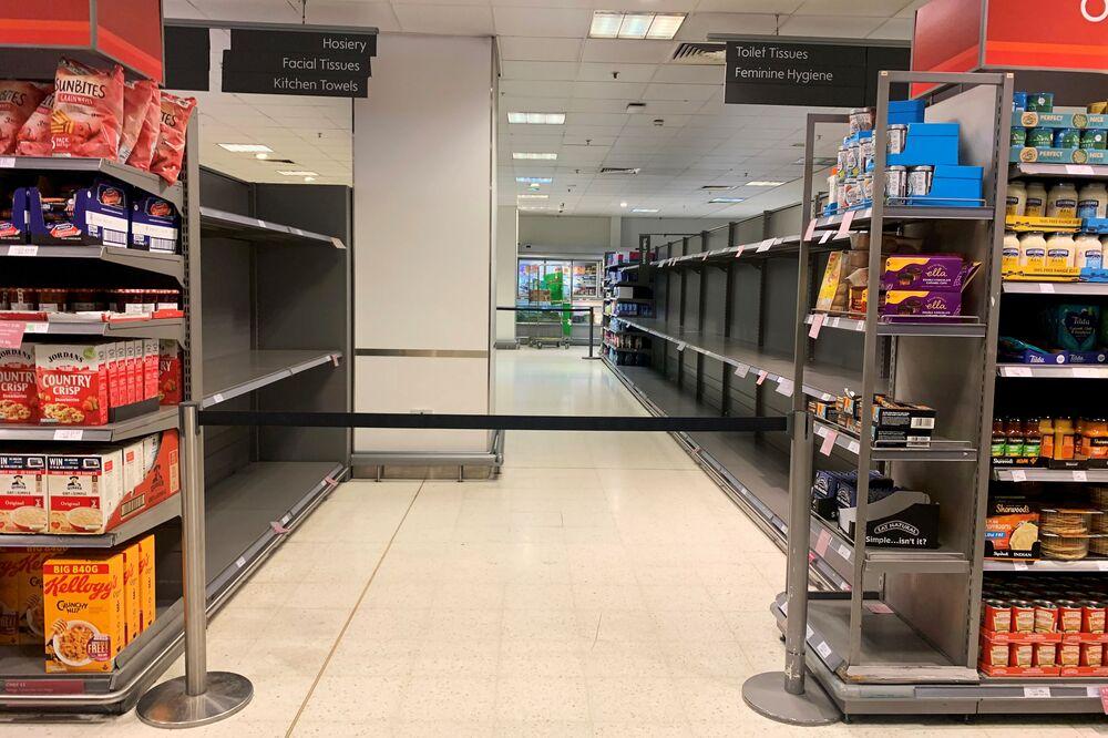 Puste półki w sklepie spożywczym w Londynie.
