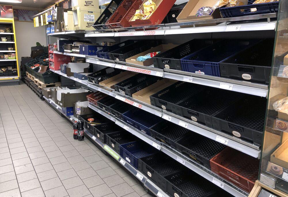 Puste półki w supermarkecie w Kopenhadze, Dania.