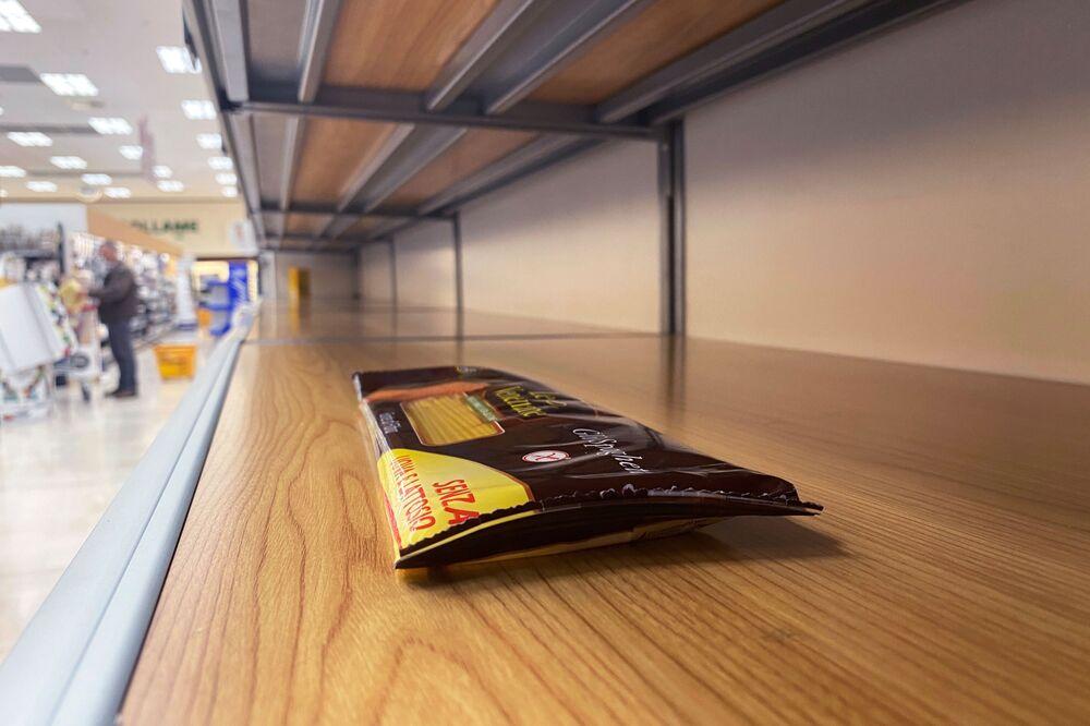 Puste półki w supermarkecie w Pioltello, Włochy.