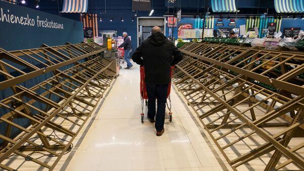Mężczyzna przed pustymi półkami w supermarkecie, Hiszpania - Sputnik Polska