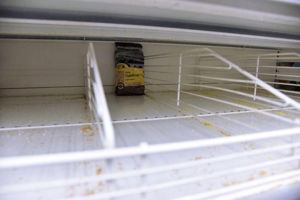 Puste półki w supermarkecie we Lwowie.