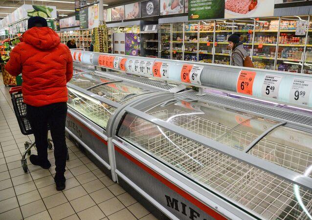 Kupujący w sklepie spożywczym w Warszawie.