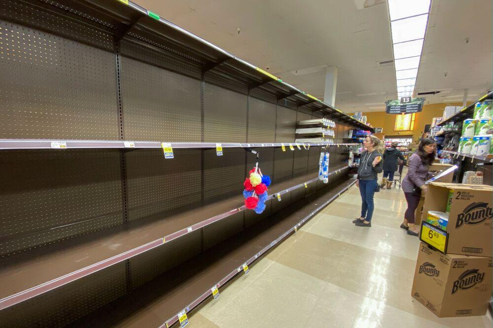 Kupujący przed pustymi półkami w supermarkecie w Encinitas, USA.
