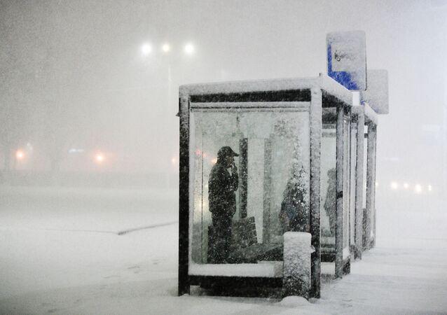 Ludzie na przystanku podczas opadów śniegu w Podolsku.