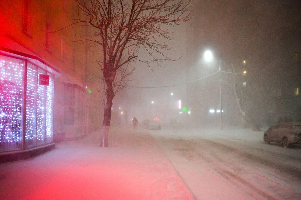 Mężczyzna na ulicy podczas opadów śniegu w Podolsku.