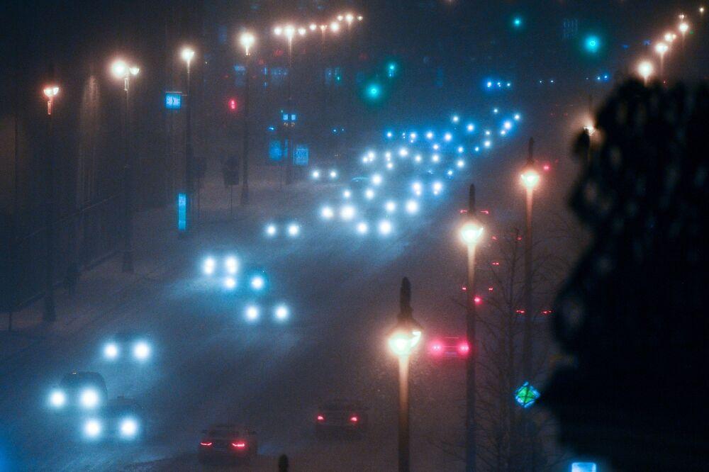 Samochody podczas opadów śniegu w Moskwie.