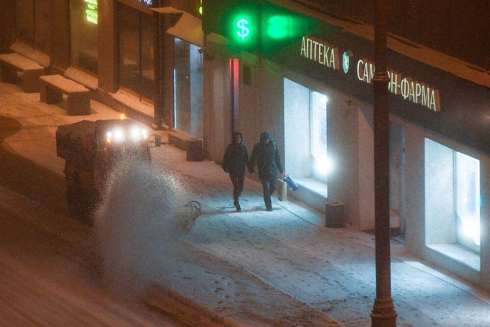 Pług śnieżny na ulicach Moskwy.