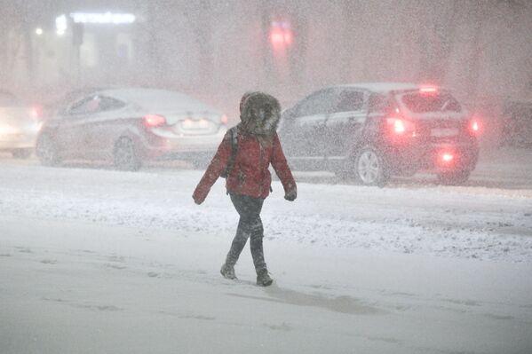 Kobieta w masce podczas opadów śniegu w Podolsku - Sputnik Polska